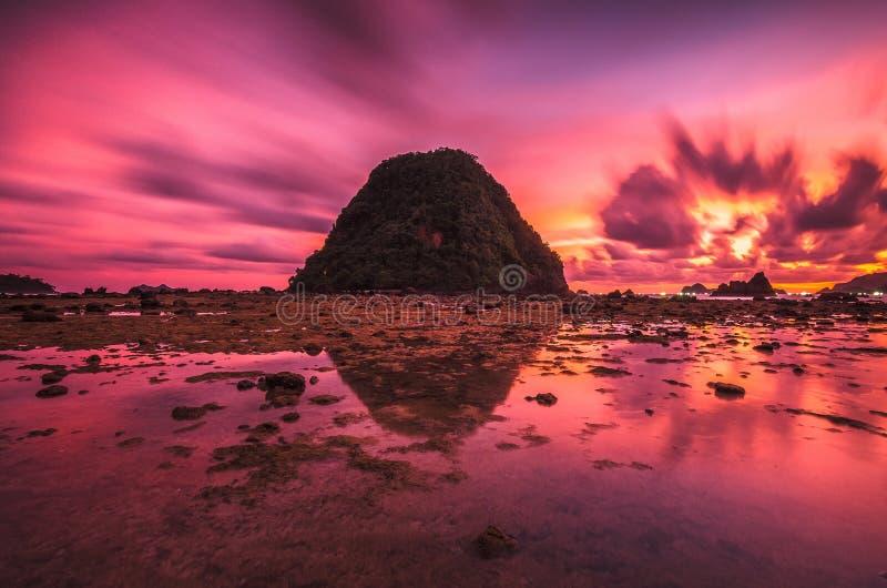 Solnedgång över den röda ön royaltyfri bild