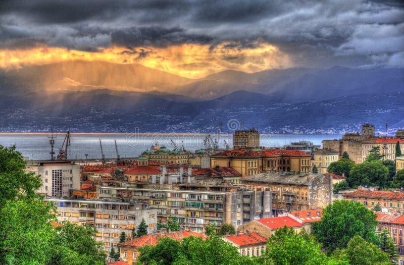 Solnedgång över den Rijeka staden, Kroatien arkivfoto