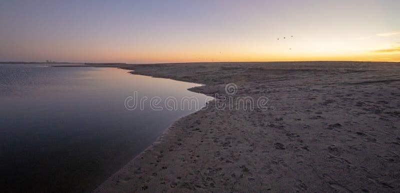 Solnedgång över den Santa Clara River breda flodmynningen/marsklan på den McGrath delstatsparken på den Ventura stranden i Kalifo royaltyfria foton