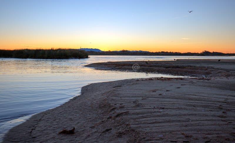 Solnedgång över den Santa Clara River breda flodmynningen/marsklan på den McGrath delstatsparken på den Ventura stranden i Kalifo royaltyfri fotografi