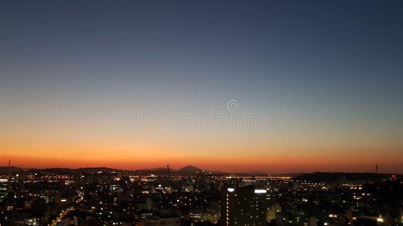 Solnedgång över den seoul staden royaltyfri fotografi