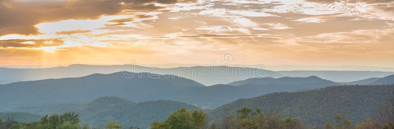 Solnedgång över den Shenandoah nationalparken royaltyfria bilder