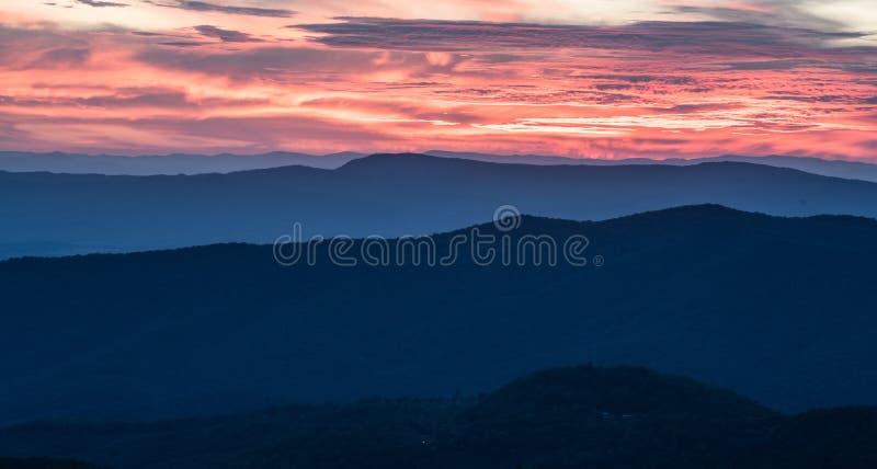 Solnedgång över den Shenandoah nationalparken arkivbild
