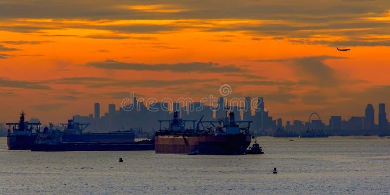 Solnedgång över den Singapore kanalen royaltyfria bilder