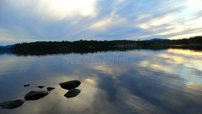 Solnedgång över den släta sjön arkivbilder