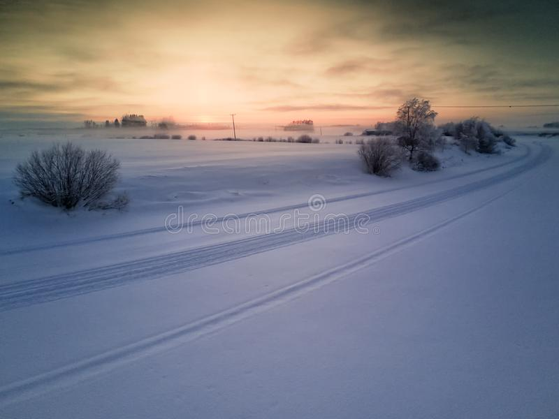Solnedgång över den snöig floden fotografering för bildbyråer