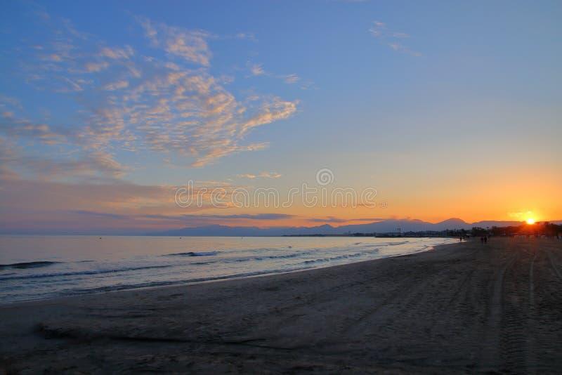 Solnedgång över den spanska kusten arkivbilder
