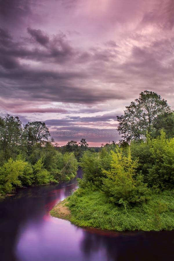 Solnedgång över den stora Juglas floden arkivbilder