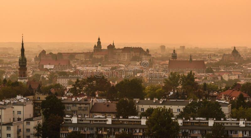 Solnedgång över den Wawel slotten i Krakow, Polen arkivfoton