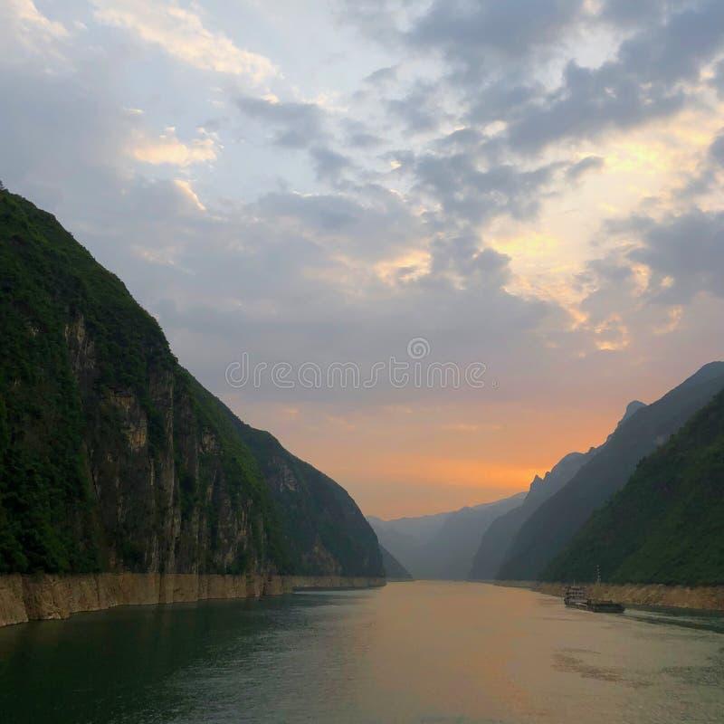 Solnedgång över den Wu klyftan på Yangtze River i Kina arkivbilder