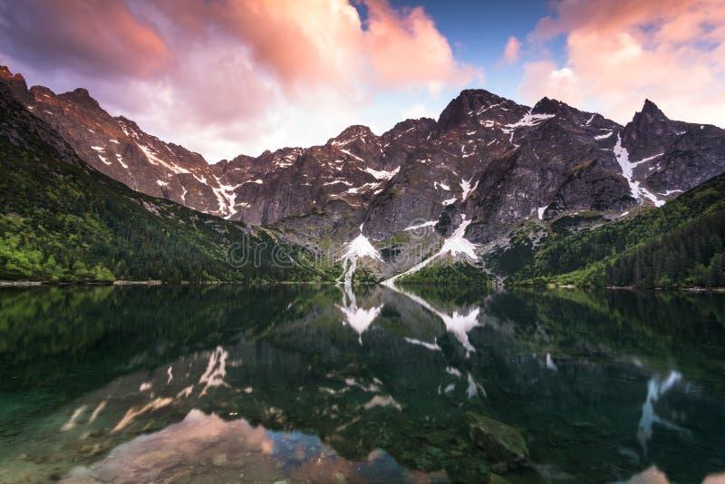 Solnedgång över det alpina dammet Morskie Oko i Polen royaltyfri foto