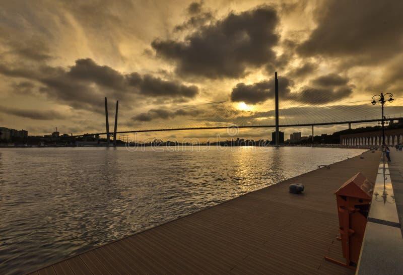 Solnedgång över det guld- hornet arkivbilder