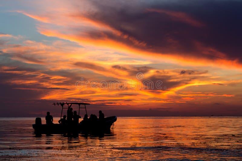 Solnedgång över det karibiska havet i Cozumel, Mexico royaltyfri bild