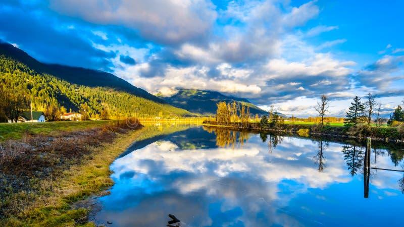 Solnedgång över det Nicomen träsket i British Columbia, Kanada arkivfoto