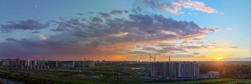 Solnedgång över det nya området arkivfoto