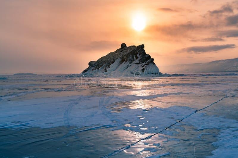 Solnedgång över djupfryst säsong för vattenLake Baikal Ryssland vinter arkivbild