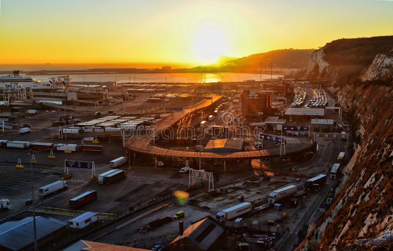 Solnedgång över Dover Port royaltyfri fotografi