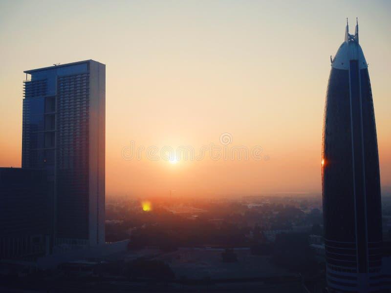 Solnedgång över Dubai horisont royaltyfri bild