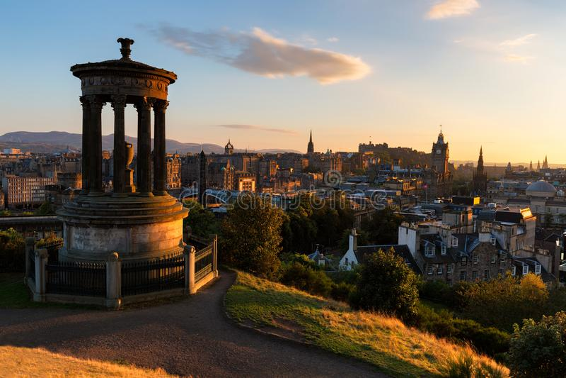 Solnedgång över Edinburg och den Calton kullen royaltyfri foto