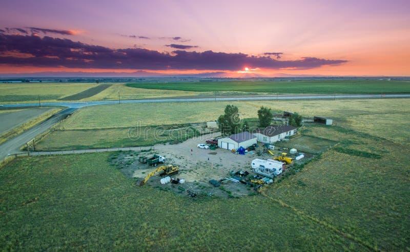 Solnedgång över en ranch royaltyfria foton
