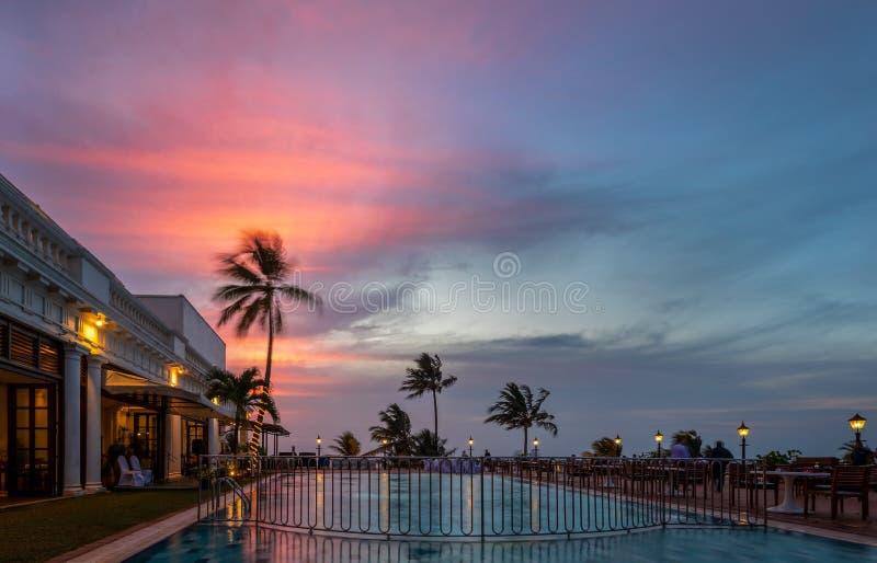 Solnedgång över en simbassäng, montering Lavinia, Sri Lanka royaltyfri bild