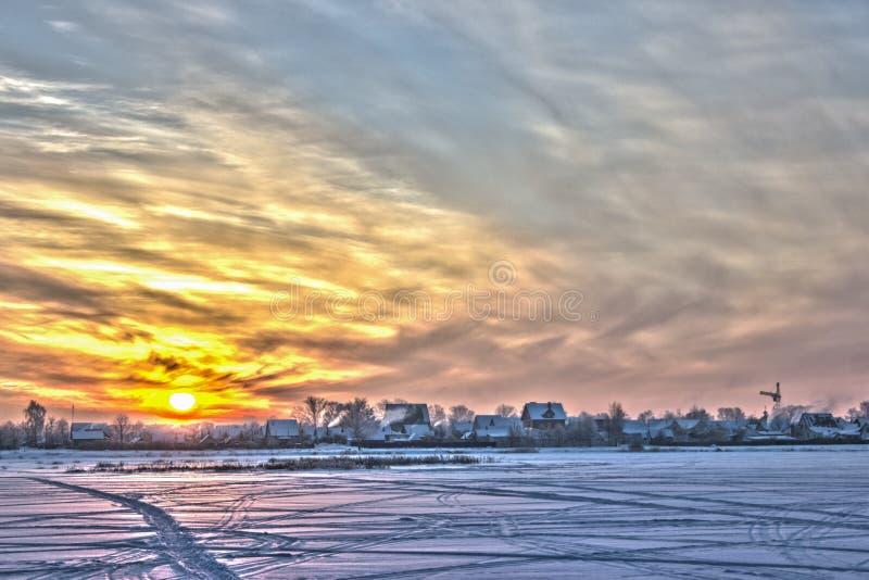 Solnedgång över fältet. royaltyfria bilder