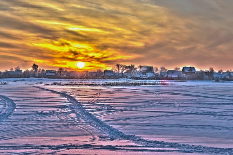 Solnedgång över fältet. fotografering för bildbyråer