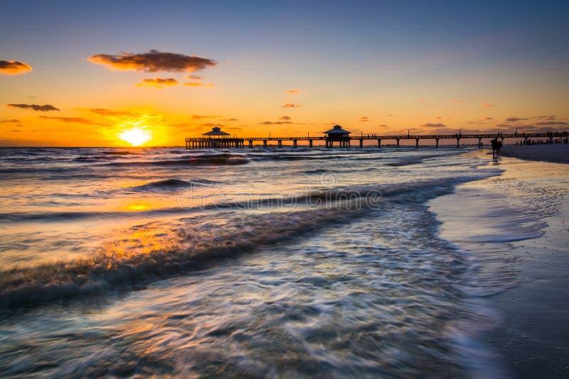Solnedgång över fiskepir och golfen av Mexico i fortet Myers Be royaltyfria bilder