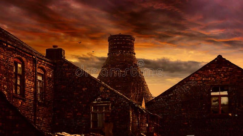 Solnedgång över flaskbrännugnar fotografering för bildbyråer
