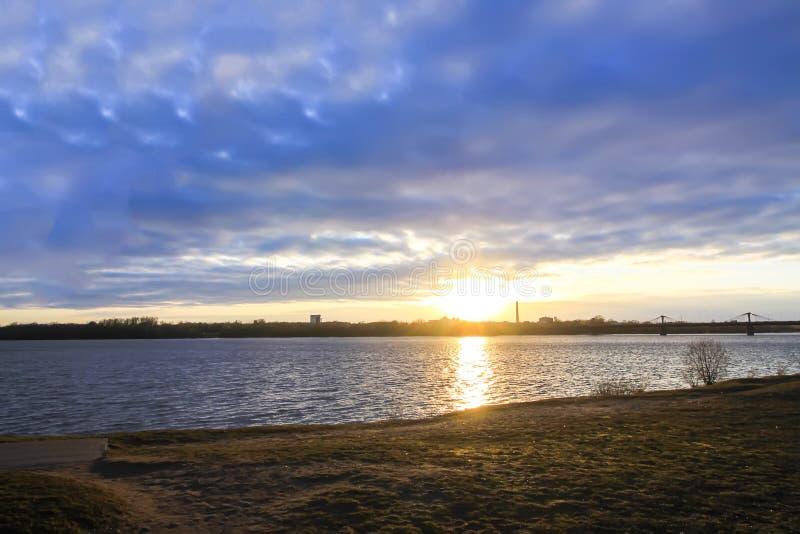 Solnedgång över floddaugavaen, Riga, Lettland Stads- landskap i oktober arkivfoton