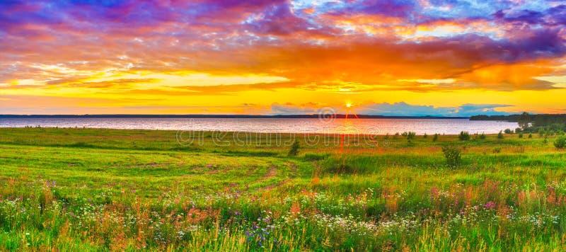 Solnedgång över floden Kama panorama arkivbild
