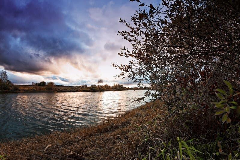 Solnedgång över flodkrökningen arkivfoton