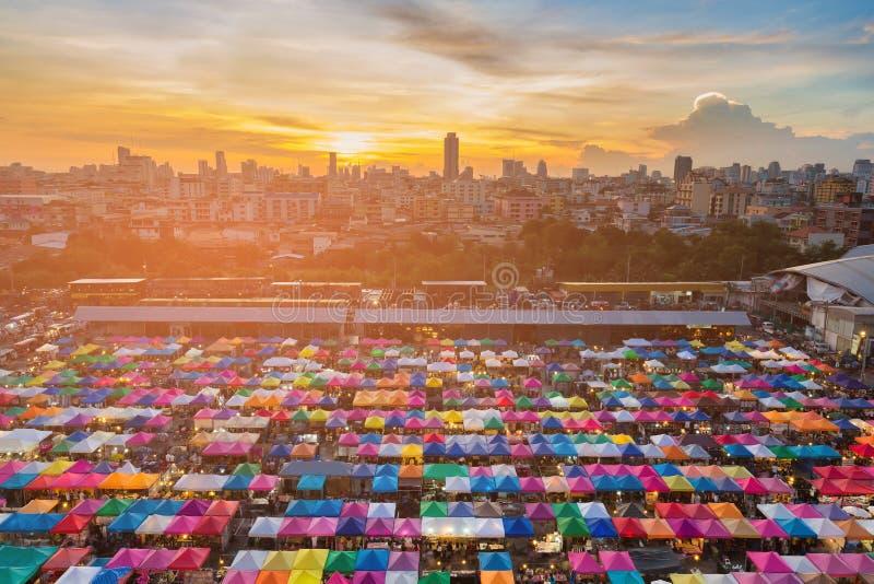 Solnedgång över flyg- sikt för stadsloppmarknad royaltyfri foto