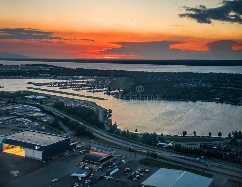 Solnedgång över flygplatsen arkivfoto