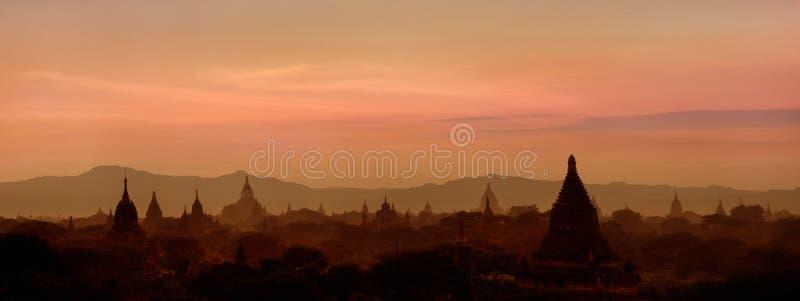 Solnedgång över forntida buddistiska tempel på Bagan, Myanmar (Burman) arkivfoto