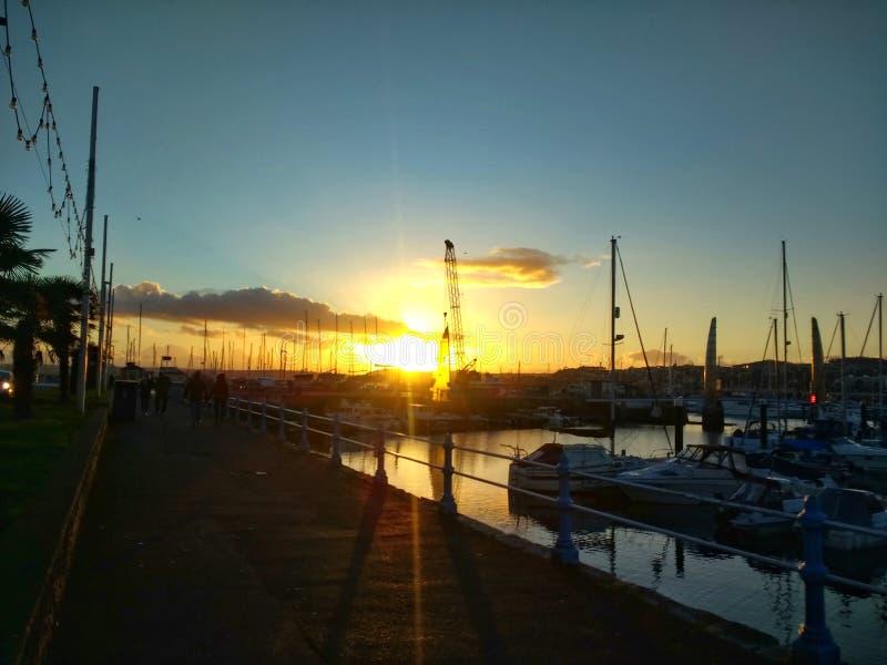 Solnedgång över hamn fotografering för bildbyråer