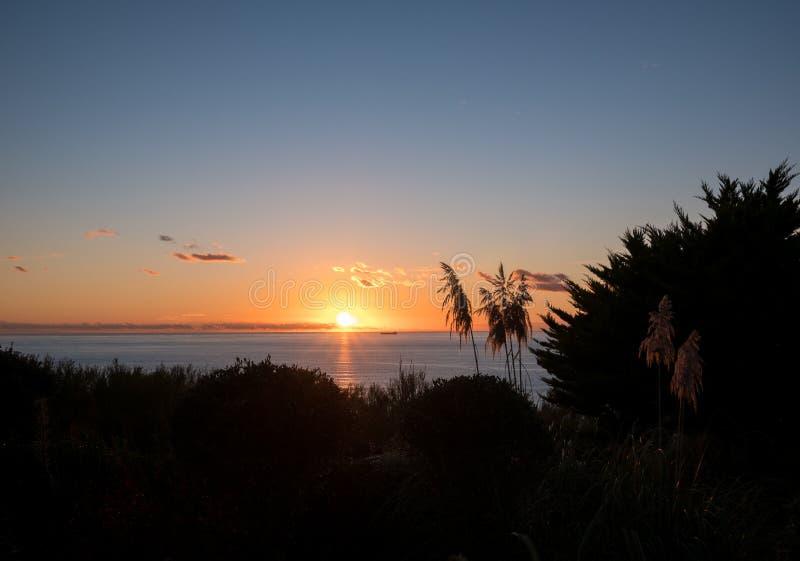 Solnedgång över havet i Cornwall royaltyfri foto