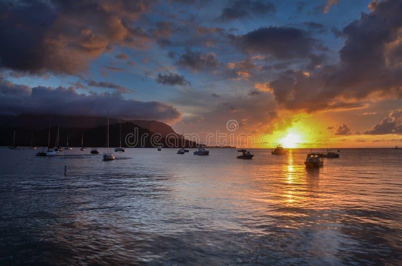 Solnedgång över havet i den Kauai Hanalei fjärden royaltyfri foto