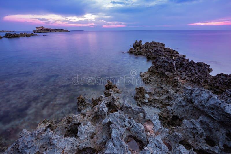 Solnedgång över havet i den Sardinian västkusten, Italien arkivbild