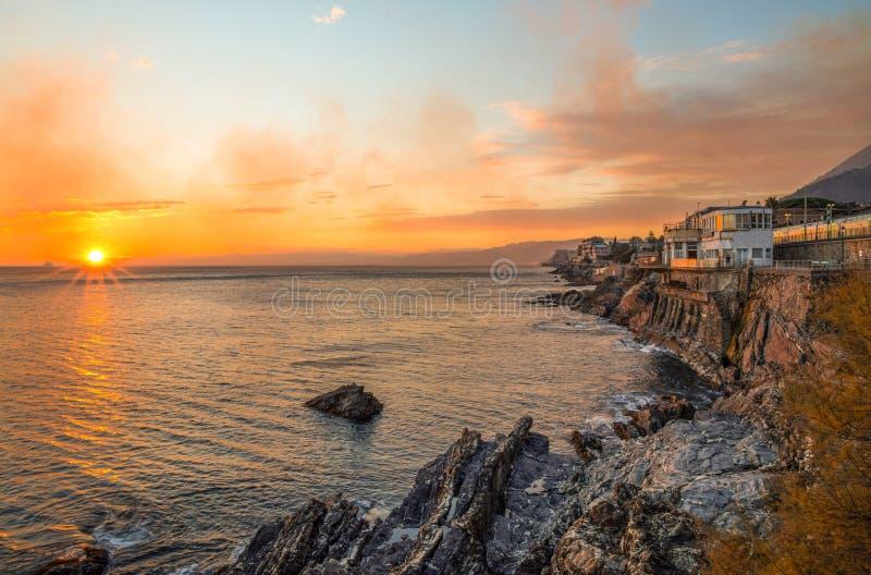 Solnedgång över havet i Genoa Nervi, Italien royaltyfri foto