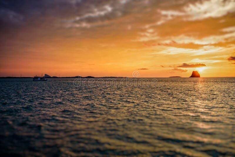 Solnedgång över havet i Thailand arkivfoton