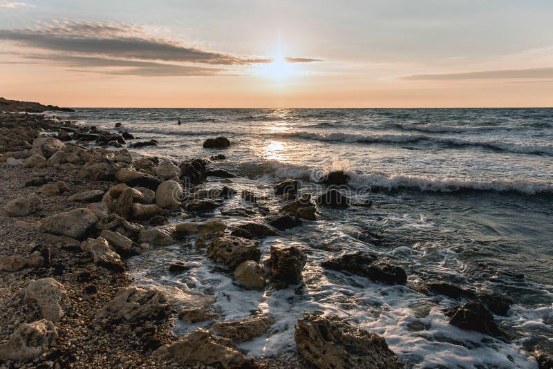 Solnedgång över havet i varma färger arkivbilder