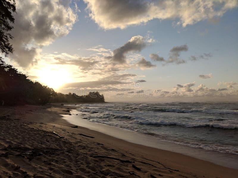 Solnedgång över havet med vågor som flyttar sig till kusten arkivbilder