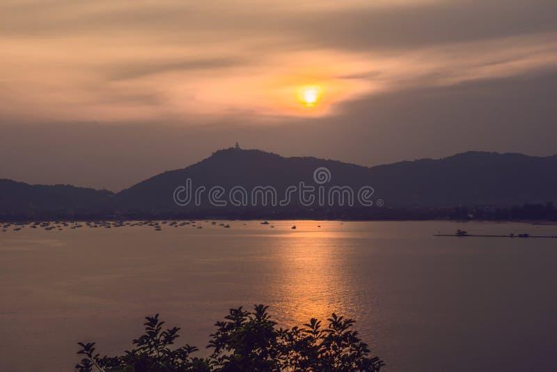 Solnedgång över havet och ön av Phuket, Thailand royaltyfri foto
