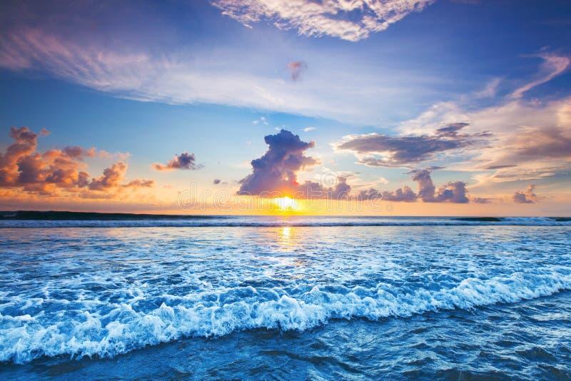 Solnedgång över havet på Bali royaltyfri bild