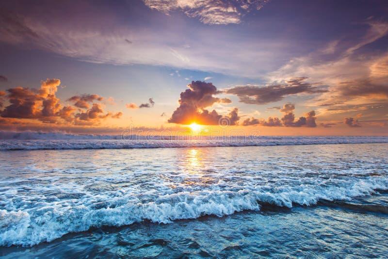 Solnedgång över havet på Bali royaltyfri fotografi