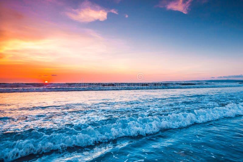 Solnedgång över havet på Bali arkivbild