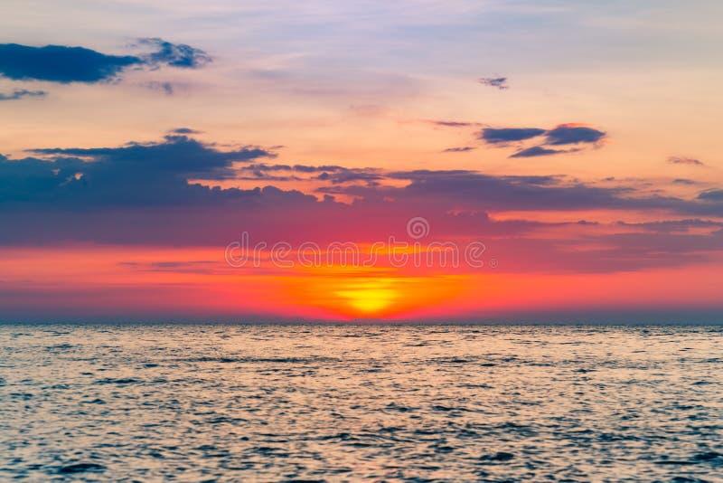 Solnedgång över havhorisont royaltyfri foto