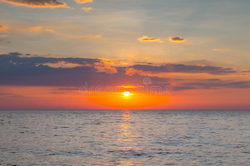 Solnedgång över havhorisont fotografering för bildbyråer