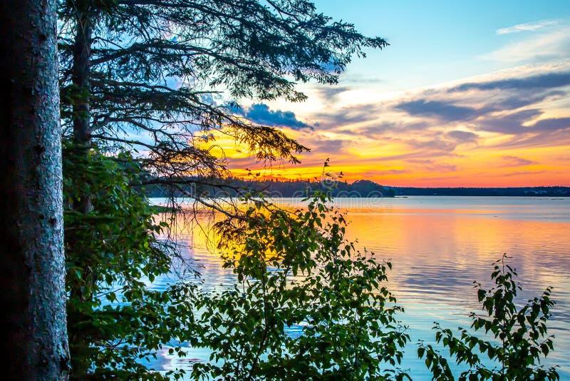 Solnedgång över havliten vik i monteringsöde ö nära Acadianationalpark, i Maine, USA royaltyfria bilder
